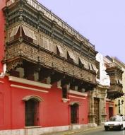 'Dans le quartier colonial de Lima, les colons espagnols faisaient batir des demeures cossues qui comportaient des balcons et fenêtres avec persiennes qui permettaient aux dames de regarder l'animation de la rue sans être vues. Aujourd'hui vu l'insécurité de la ville les grilles et balcons ont une nouvelle fonction plus sécuritaire.