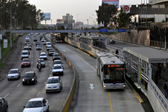 Lima_Peru_Metropolitano_Station_&_Traffic