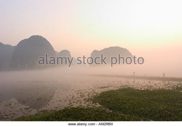 morning-mist-sunrise-limestone-mountain-scenery-tam-coc-ninh-binh-an2rb0